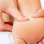 relaja tu espalda a través los pies