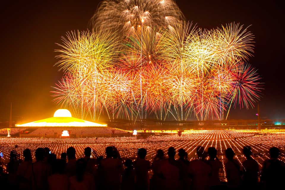 Fuegos artificiales en Dhammakaya Pagoda Tailandia
